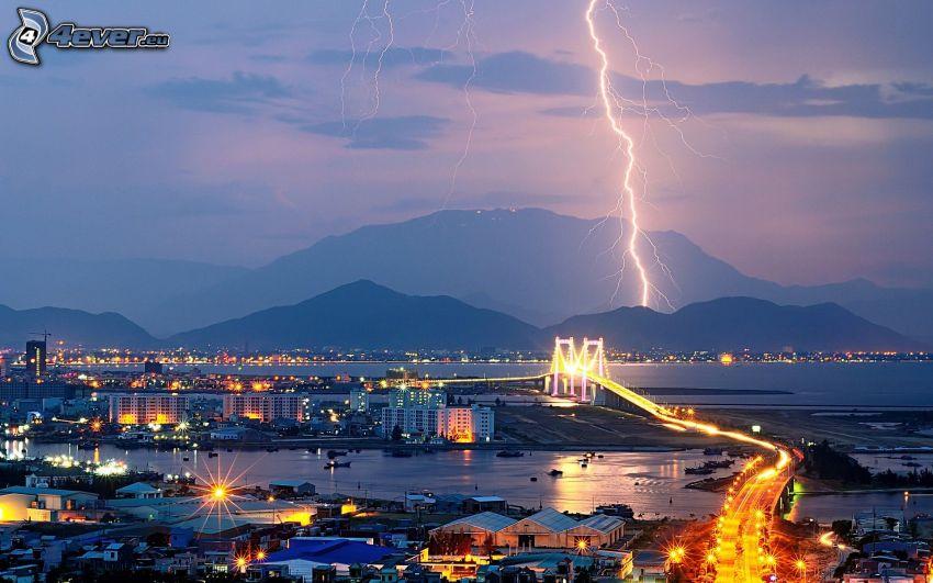 ville de nuit, foudre, pont illuminé, montagnes