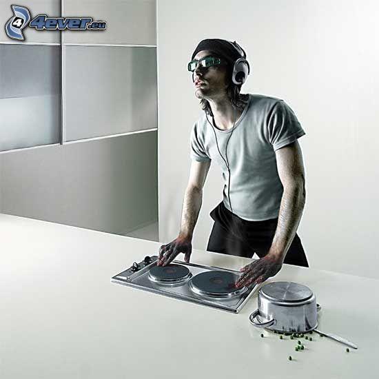 DJ Pek, cuisinière, casserole