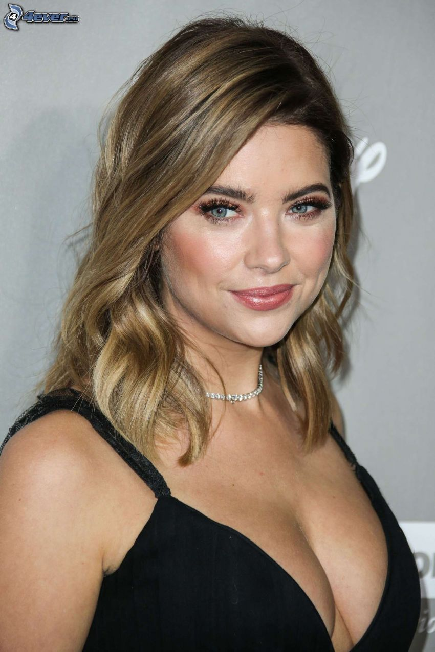 Ashley Benson, regard