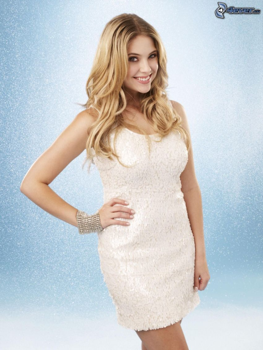 Ashley Benson, sourire, robe blanche