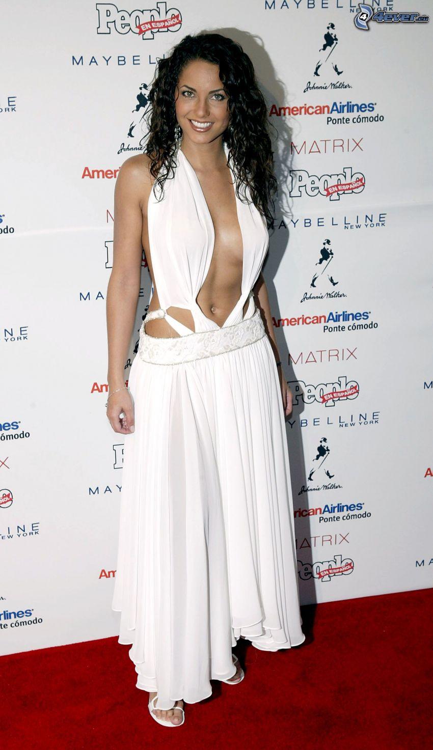 Barbara Mori, robe blanche, sans soutien-gorge