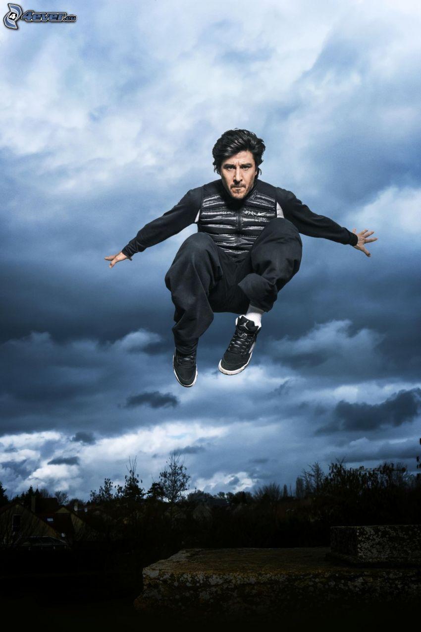 David Belle, saut, nuages sombres