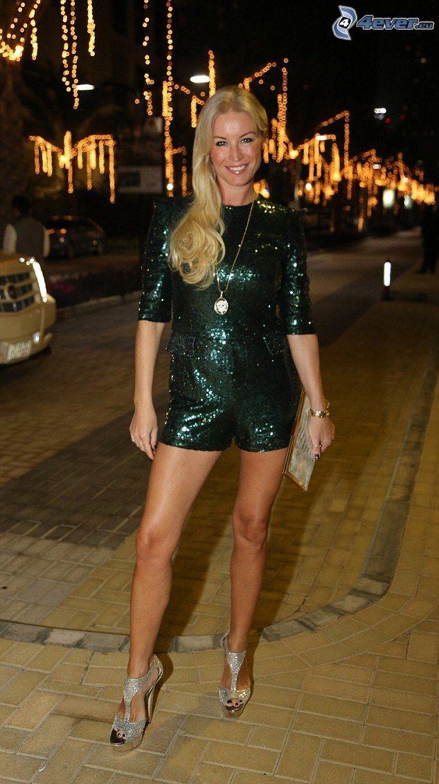 Denise van Outen, vêtements noirs, ville dans la nuit