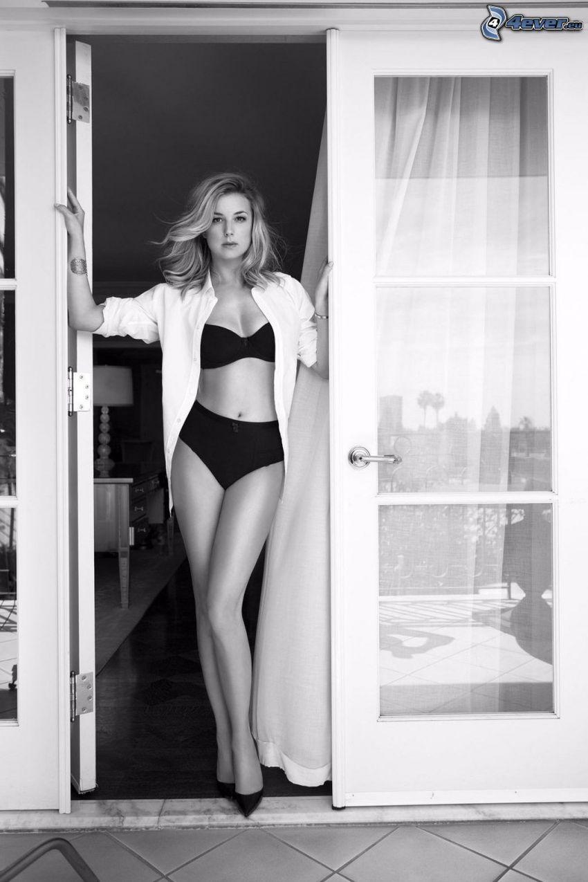 Emily VanCamp, femme dans sous-vêtements, lingerie noire, chemise blanche, porte, photo noir et blanc