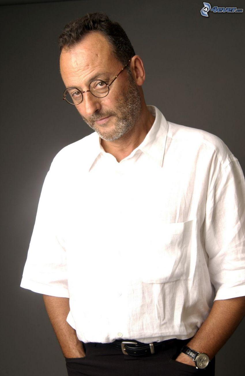 Jean Reno, homme avec des lunettes, chemise blanche