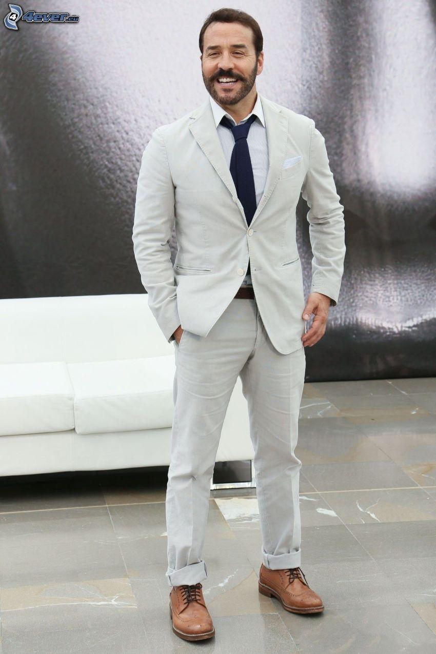 Jeremy Piven, homme en costume, rire