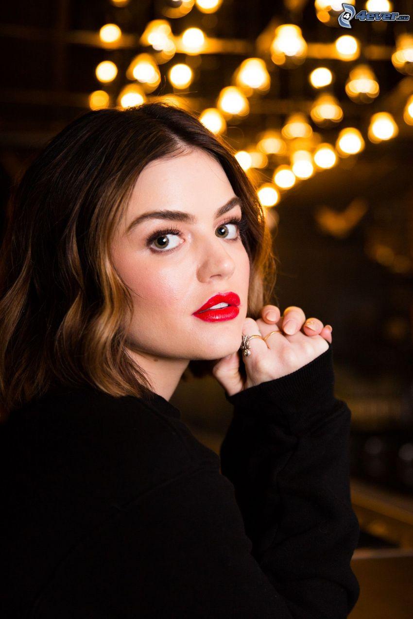 Lucy Hale, lèvres rouges