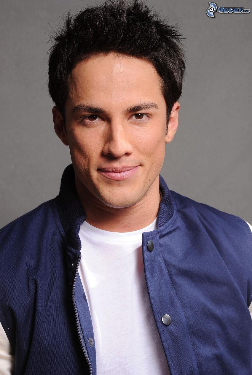 Michael Trevino, sourire