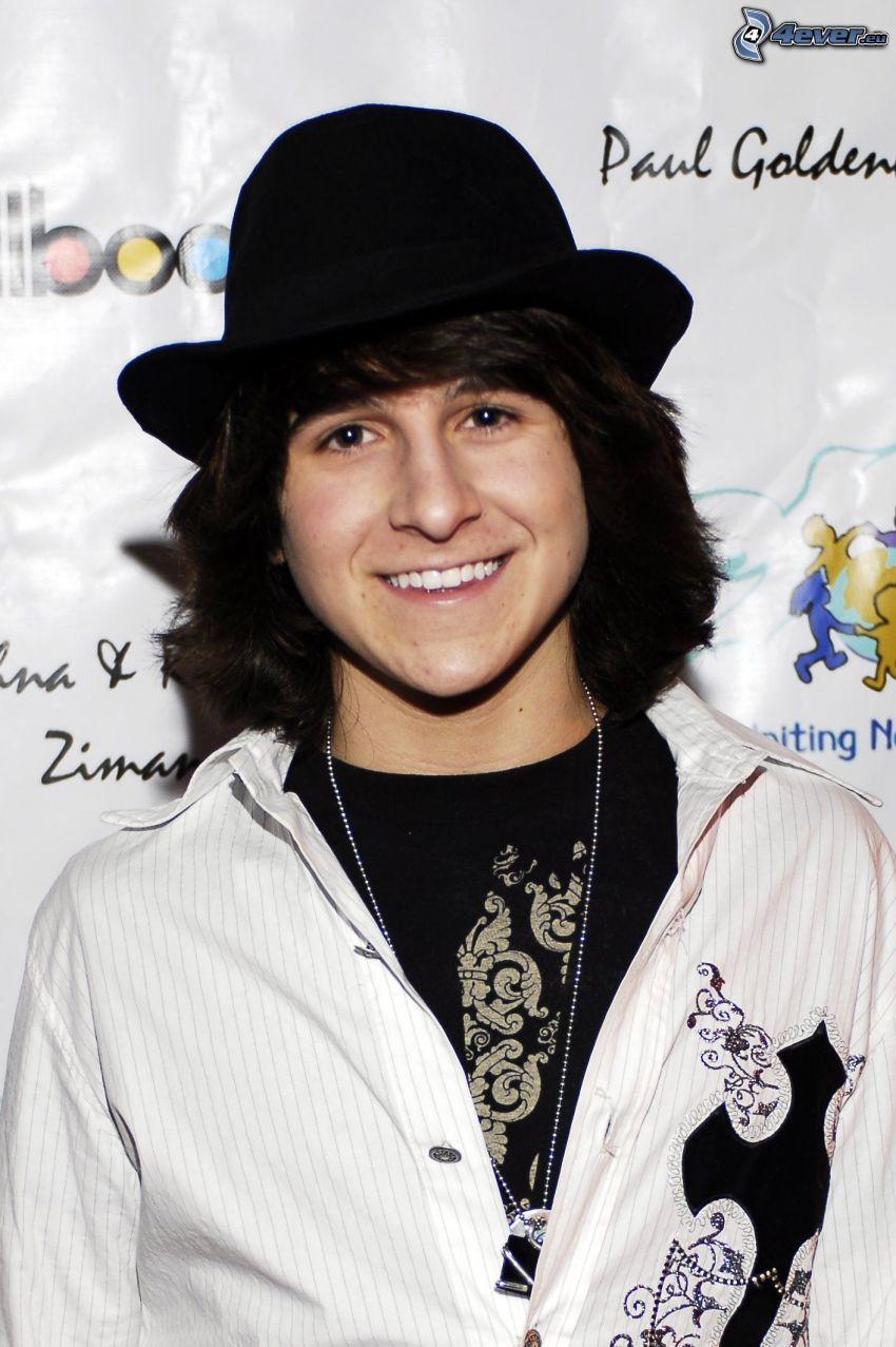 Mitchel Musso, un homme dans un chapeau, sourire