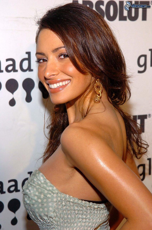 Sarah Shahi, sourire