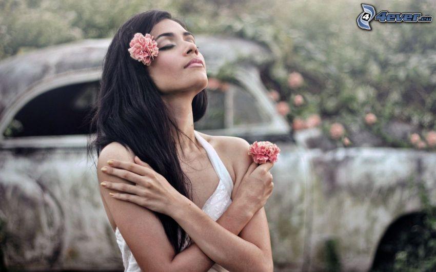 brune, fleurs roses