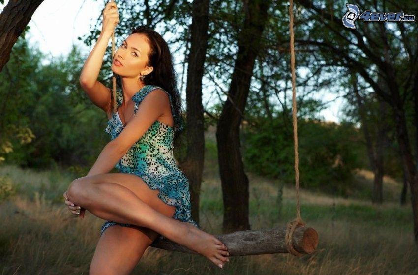 femme sur une balançoire, brune