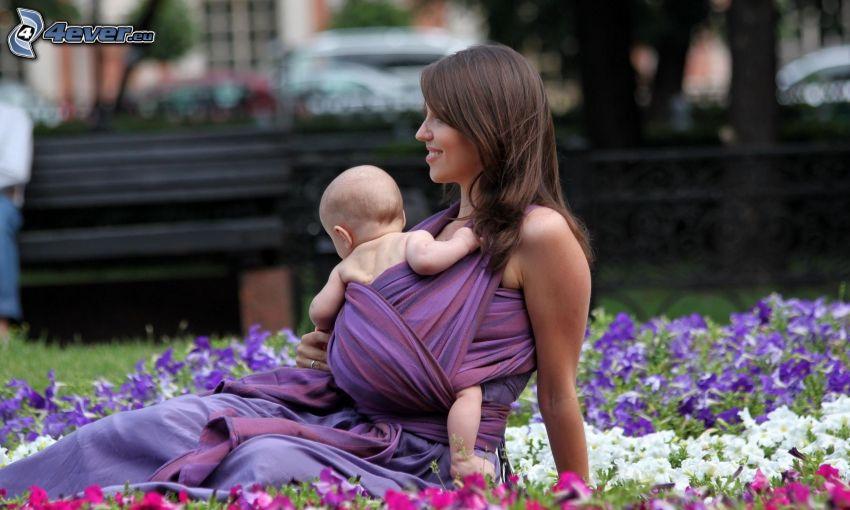 mère, bébé, fleurs colorées