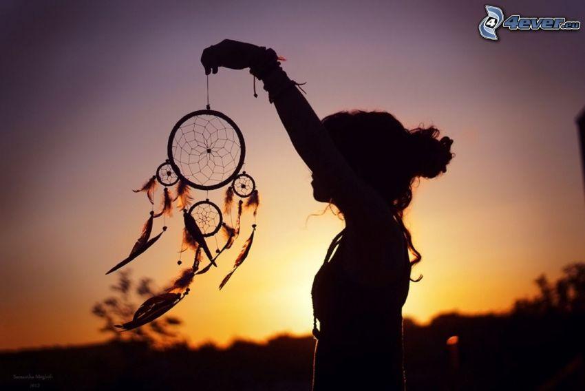 dream catcher, silhouette d´une fille, coucher du soleil