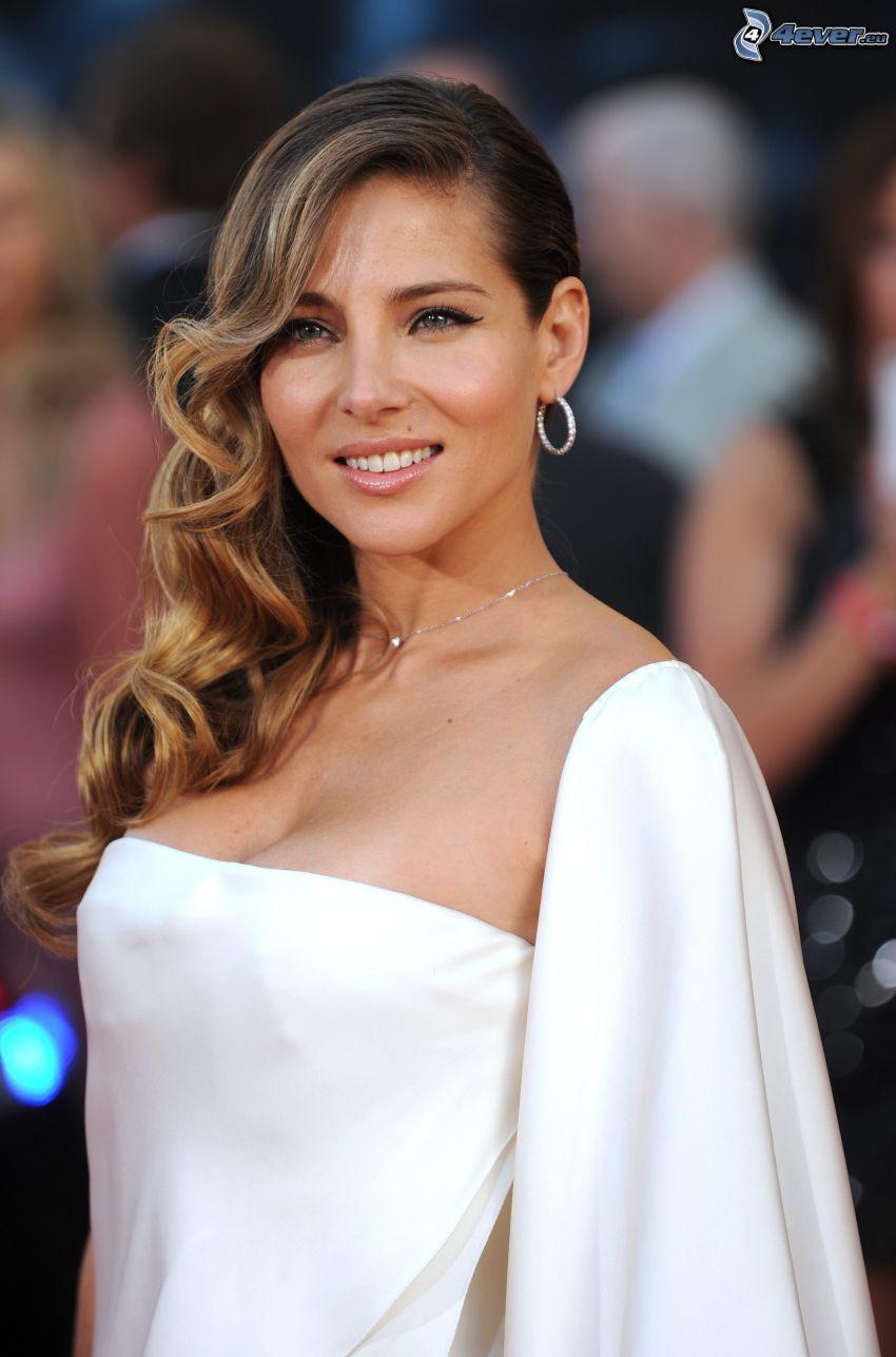 Elsa Pataky, sourire, robe blanche