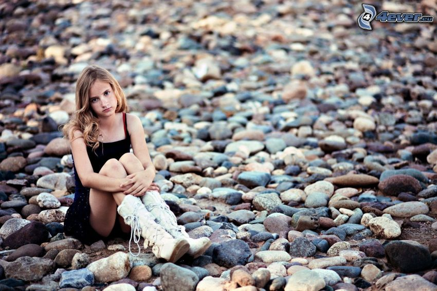 fille, pierres