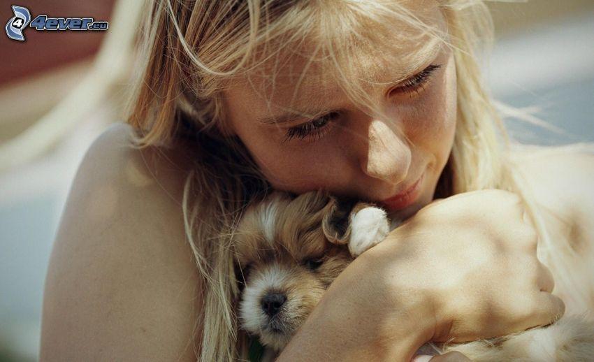 fille avec un chien, chiot, étreinte