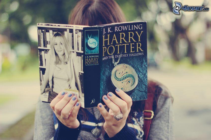 fille avec un livre, Harry Potter