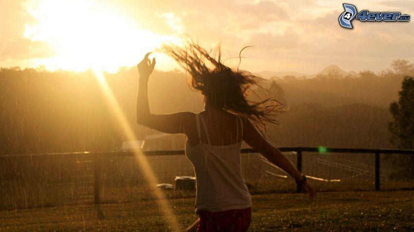 fille dans le pluie, coucher du soleil, rayons du soleil