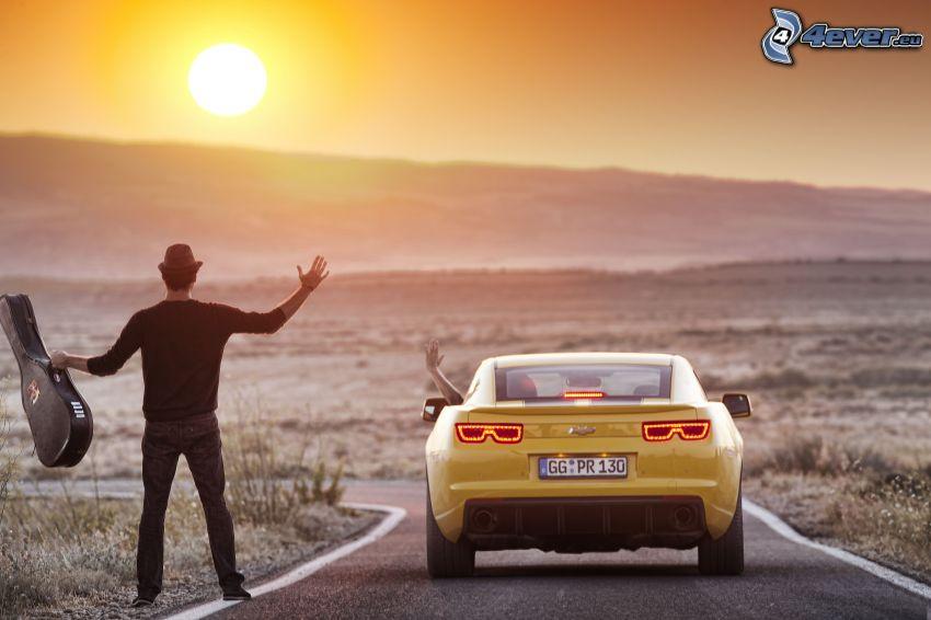 homme avec la guitare, Chevrolet, route, coucher du soleil