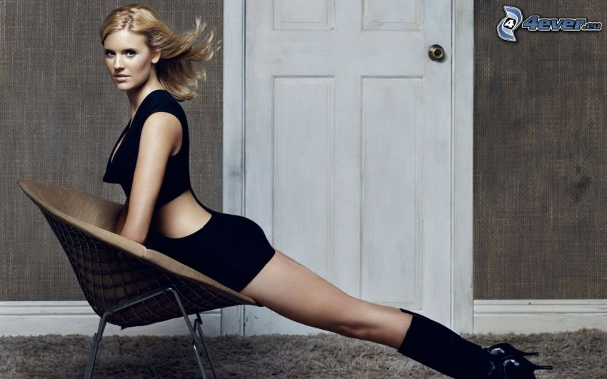 Maggie Grace, chaise