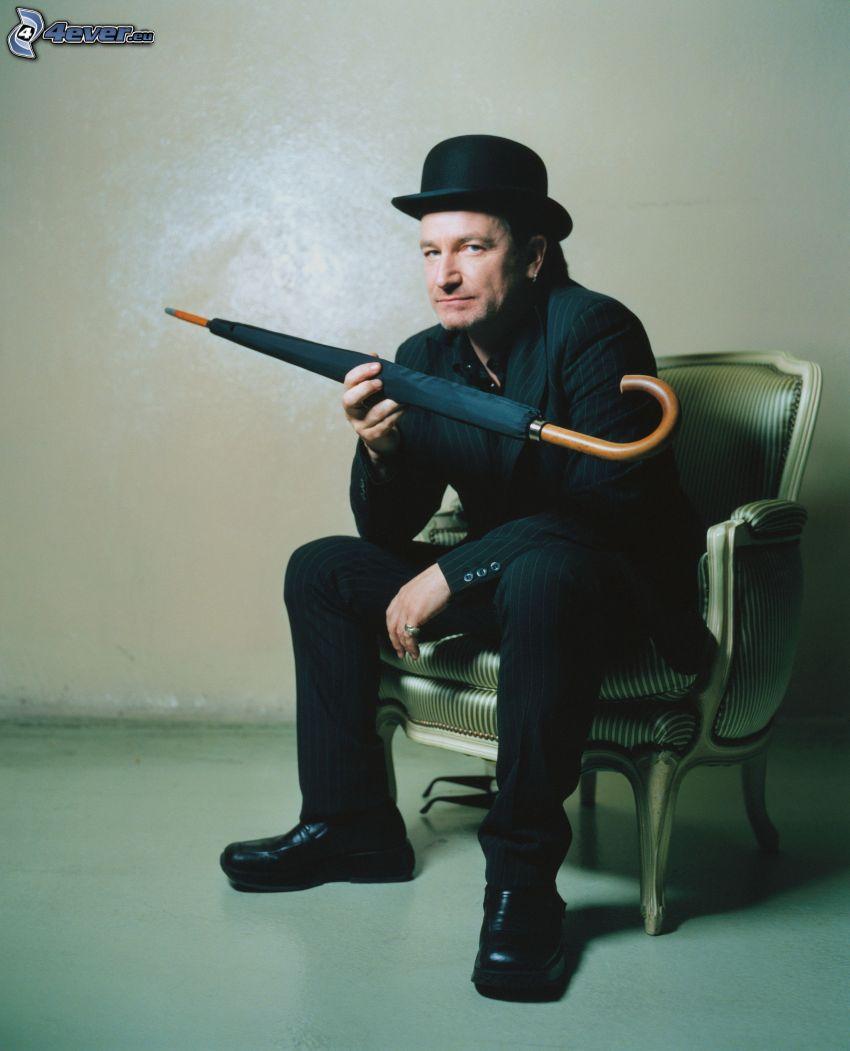Bono Vox, homme en costume, parapluie, un homme dans un chapeau