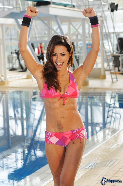 Fernanda Brandao, une femme près de la piscine, maillot de bain rose, joie