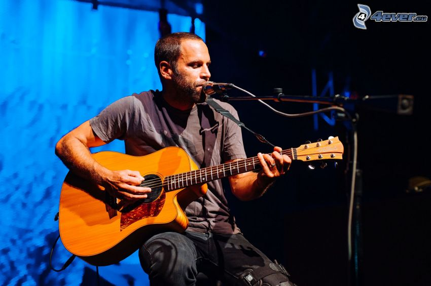 Jack Johnson, chant, jouer de la guitare