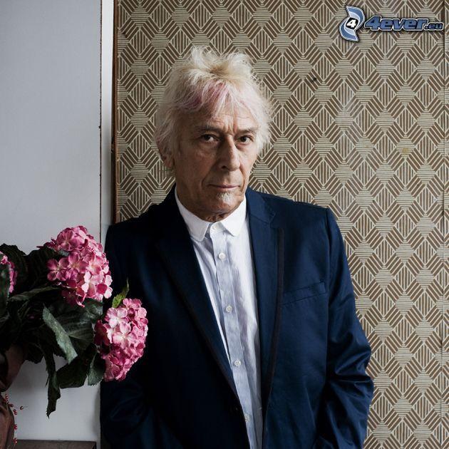 John Cale, homme en costume, fleurs roses