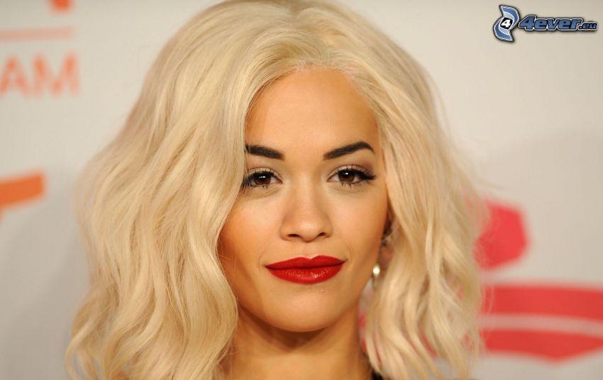 Rita Ora, lèvres rouges