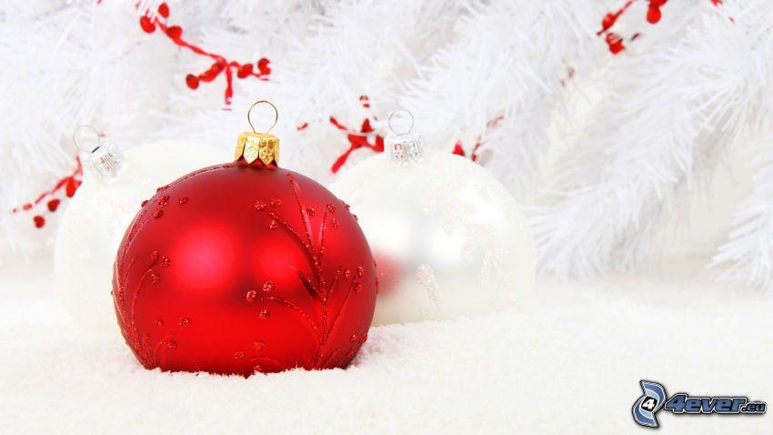 boules de Noël, aiguilles d'arbres