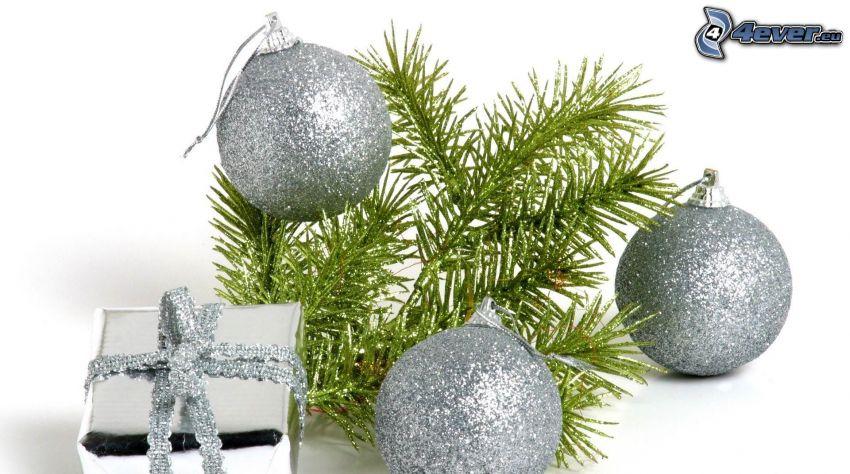 boules de Noël, branche de conifère, cadeau