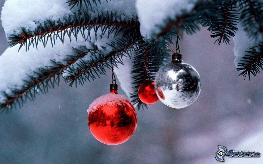 boules de Noël, branches de conifères, neige