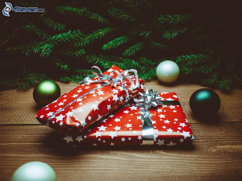 cadeaux, boules, branches de conifères