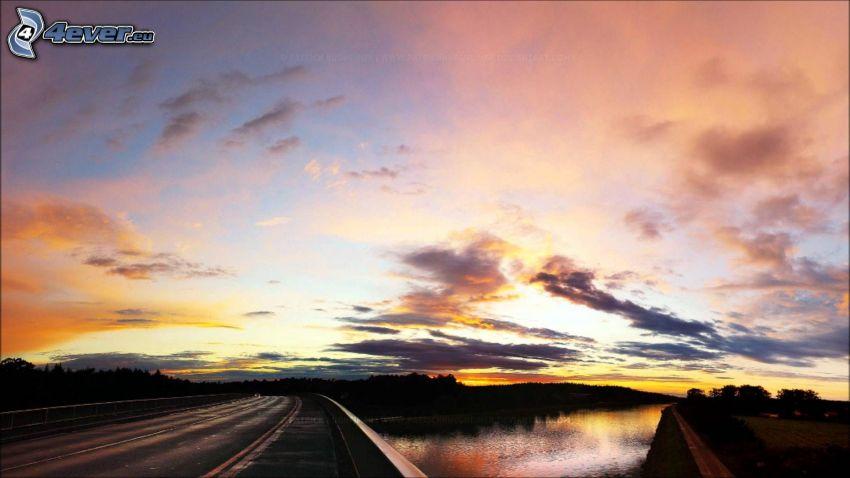 après le coucher du soleil, nuages, route, lac