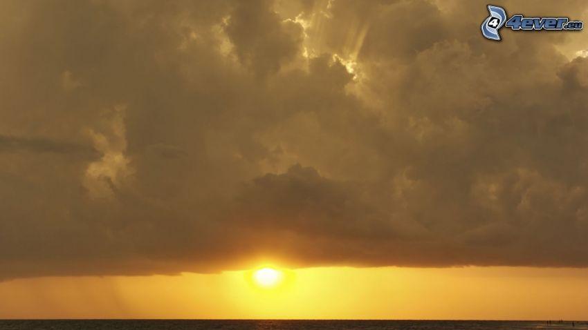 couchage de soleil sur la mer, nuages