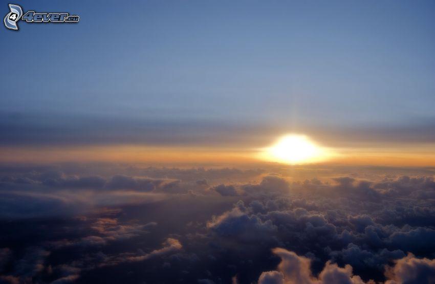 Coucher du soleil sur les nuages