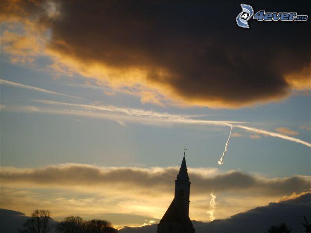 Eglise tour, ciel sombre, traînée de condensation