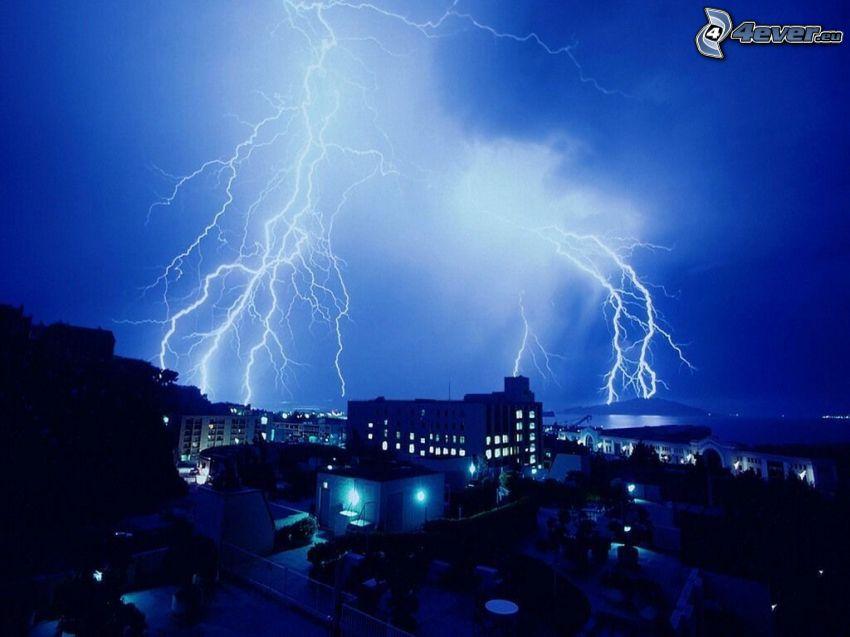 foudre, tempête, ville dans la nuit