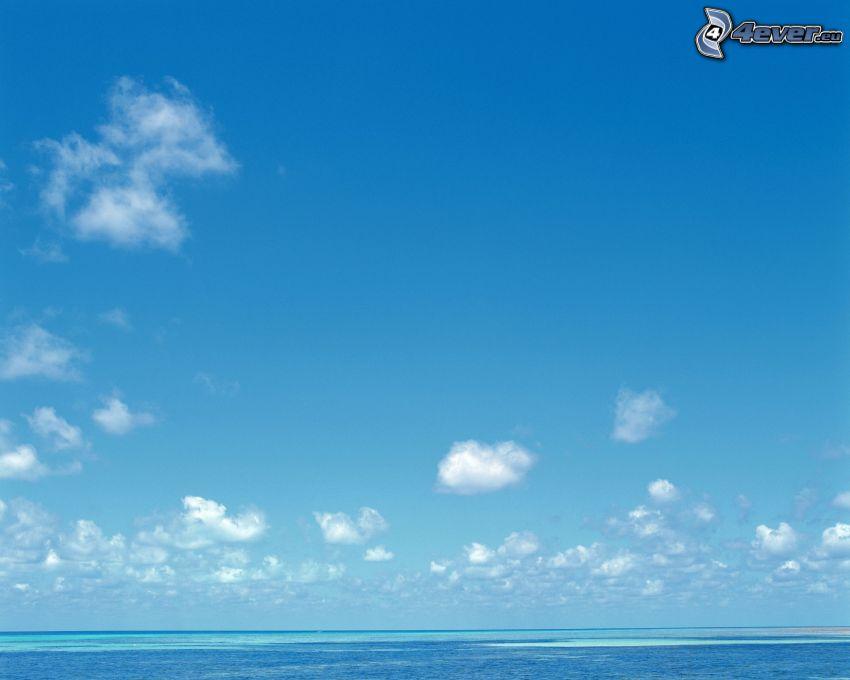 la mer azurée en été, océan, ciel bleu clair