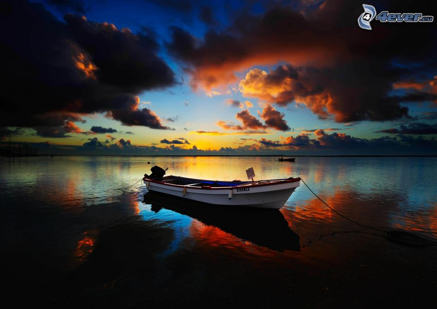 le bateau sur le lac, nuages sombres
