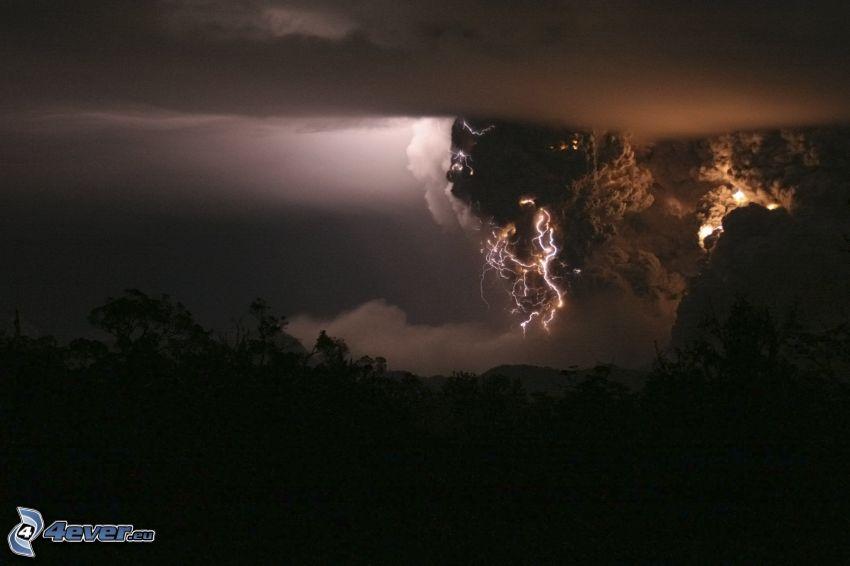 nuages, foudre, tempête, silhouette d'une forêt