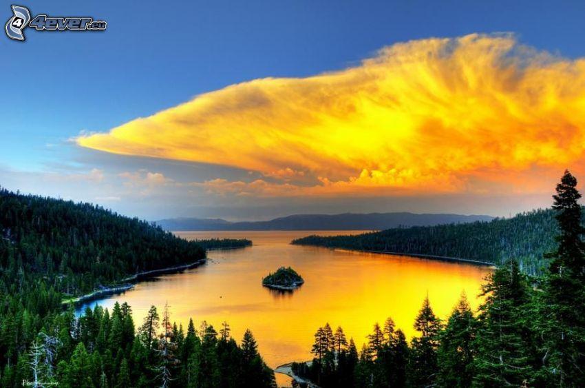 nuages jaunes, lac