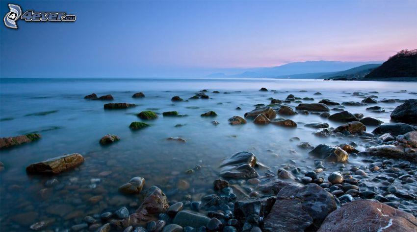 grand lac, pierres, soirée