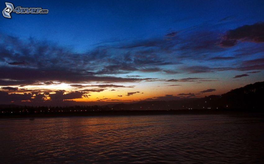 Lac calme du soir, après le coucher du soleil