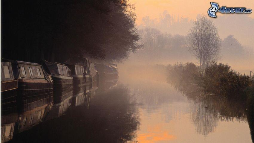 lever du soleil, lac, bateau à côte, brouillard au sol