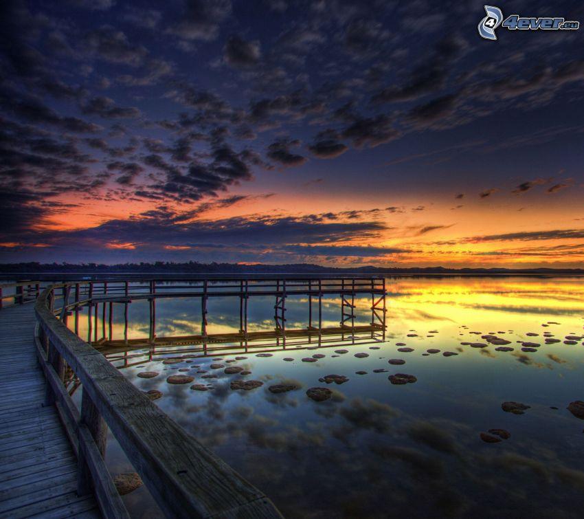 jetée en bois, après le coucher du soleil, mer