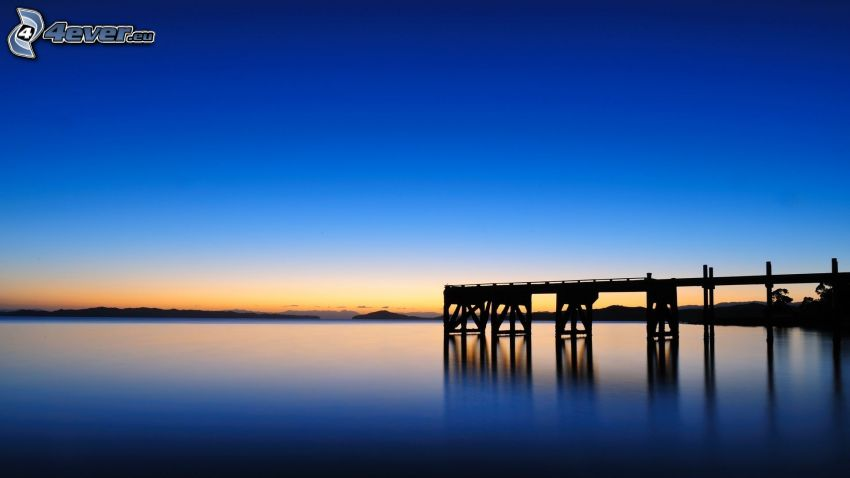 jetée en bois, mer, après le coucher du soleil