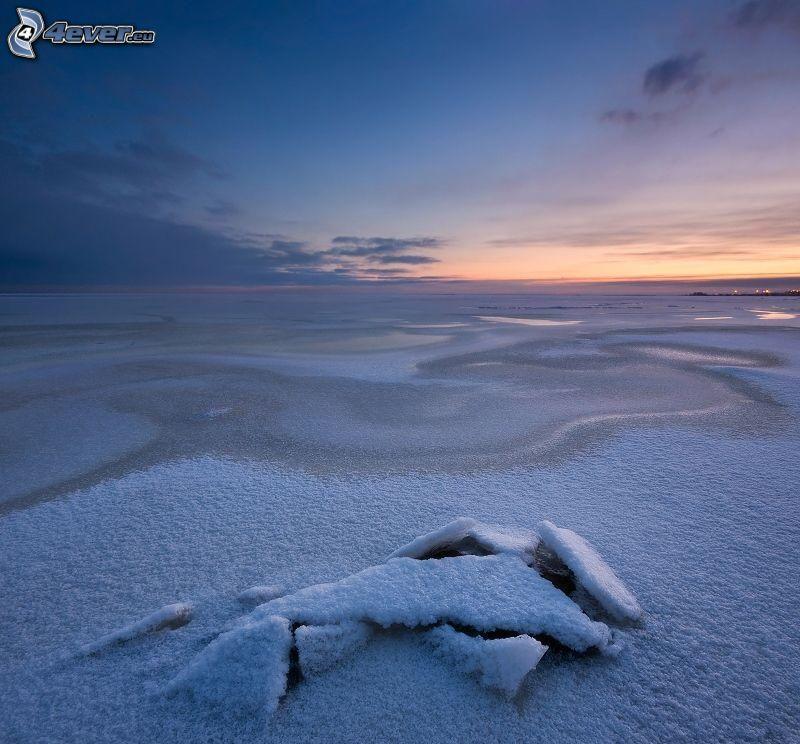la mer gelée, après le coucher du soleil