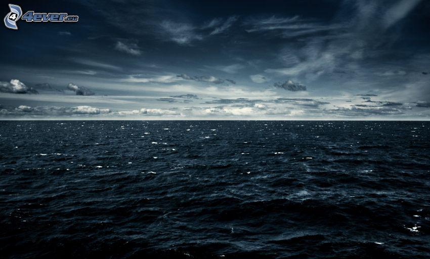 mer, ciel sombre